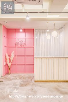 인테리어가 하고 플 땐, 인플 Boutique Interior, Boutique Decor, Cafe Interior, Interior Design, Home Nail Salon, Reception Desk Design, Beauty Salon Interior, Lokal, Modern Bedroom Design