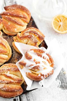 These absolutely delicious lemon pull-apart rolls bake up easily in muffin tins for individual servings. A wonderful lemon treat for any time of day. Lemon Desserts, Lemon Recipes, Just Desserts, Sweet Recipes, Baking Recipes, Delicious Desserts, Yummy Food, Baking Desserts, Bagels