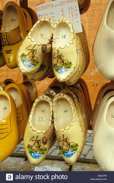 Download this stock image: Souvenir shop, big wooden shoe, favoured souvenir, bike in the city centre, Amsterdam, North Holland, Netherlands, Europe - B9JE7W from Alamy's library of millions of high resolution stock photos, illustrations and vectors.