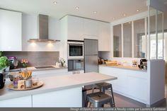 cuisine blanche moderne avec verrière et ilôt central 5 Laurence Garrisson