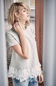 da334dea3344 Romantik-Touch für den Alltag  breite Spitzenborte am Saum eines grau  melierten Sweatshirts.