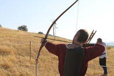 Talleres para aprender la lucha de espadas, la artesanía medieval o de ilustración de libros.