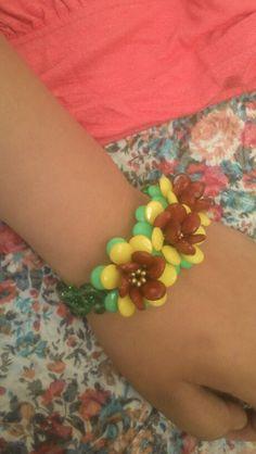 Pulsera con flores. Diferentes colores...