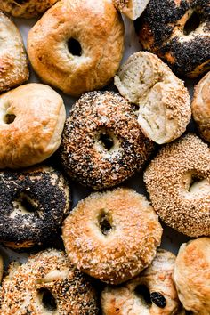 This easy homemade bagel recipe proves that you can make deliciously chewy bagels in your own kitchen with only a few basic ingredients and baking tools! Bread Recipes, Cooking Recipes, Cookbook Recipes, Chicken Recipes, Homemade Bagels, Homemade Recipe, Sallys Baking Addiction, Everything Bagel, Artisan Bread