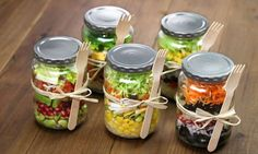 Mason Jar Lunch Inspiration-Convert to vegan versions Mason Jar Lunch, Mason Jar Meals, Meals In A Jar, Mason Jars, Pot Mason, Glass Jars, Healthy Salads, Healthy Eating, Healthy Recipes
