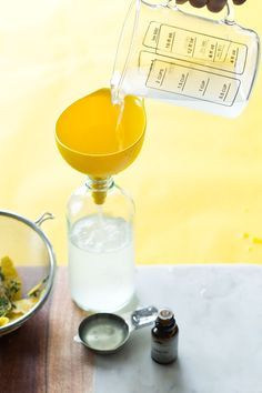 Coloque a infusão de vinagre e limão em um recipiente