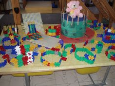 feesthoeden ontwerpen van constructiemateriaal En meten van stroken op knuffels Lego, Kids Rugs, School, Crafts, Carnival, Crowns, Manualidades, Kid Friendly Rugs, Handmade Crafts