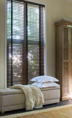 Żaluzje drewniane. Umieszczenie ich we wnęce okiennej jest dobrym rozwiązaniem, pod warunkiem, że nie musimy otwierać okna.