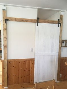 家を建てた時は、扉なんていらないと思いリビング階段に憧れて空間にしていました。実際住んでみると寒いので、最近迄、ロールカーテンをしていましたが、しかし風が吹くとカーテンが舞ってやっぱり寒い。引き戸を作っている方が居たので、自分で作ってみようと今回DIYしてみました。上の内窓は、まだ計画中です。引き戸の扉も手作りです。ラブリコを採用しました。 引き戸DIYしてみました。(feuile) Indoor Sliding Doors, Diy Wood Shelves, Beautiful Living Rooms, Diy Interior, Diy Door, Diy Woodworking, Building A House, Diy Home Decor, House Design
