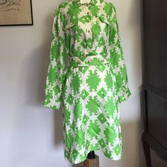 """Skirtin' Around Silk Dress- Sz 8 Happy St Paricks Day☘!!! Fabulous 100% silk dress with 5 button bodice, , buttoned cuffs & 4 button adjustable belt. The bottom button on bodice is missing, but could easily be replaced with one from the belt . Otherwise it is in perfect condition! Lentis 38"""" Skirtin Around Dresses"""