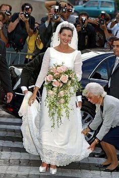 Malgré très peu de décolleté, la féminité est à l'honneur dès les années 2000. Fini les robes bouffantes, place aux robes cintrés qui épousent la taille.