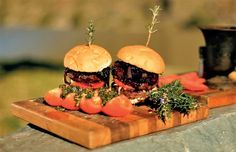 Ostrich meat is a great alternative to beef: try it in this delicious braai burger recipe. Braai Recipes, Burger Recipes, Meat Recipes, Burger Night, Burger Bar, Ostrich Meat, Yummy Food, Tasty, Beef Burgers