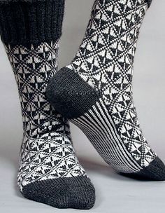 Art Deco pattern by Béatrice Simon - lillicroche Ravelry: Art Deco pattern by Camille Chang Crochet Socks, Knitted Slippers, Wool Socks, Knit Mittens, Knit Or Crochet, Knitting Socks, Baby Knitting, Knitted Hats, Knitting Machine
