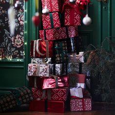 Des papiers cadeaux au look festif, aux couleurs et motifs de noël : en rouge, blanc et vert avec des flocons et des petits pois, IKEA