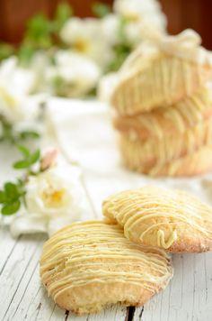 raparperitahnalla täytetyt sokeripikkuleivät