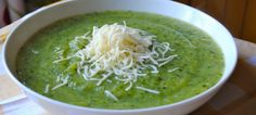 Broccoli and zucchini soup with thermomix a vegetable soup. Cream Soup Recipes, Broccoli Soup Recipes, Jamie Oliver Food Revolution, Thermomix Soup, Yogurt, Zucchini Soup, Curry, Good Food, Easy Meals