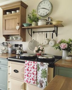 Over the years, many people have found a traditional country kitchen design is just what they desire so they feel more at home in their kitchen. Shabby Chic Kitchen, Home Decor Kitchen, Rustic Kitchen, Country Kitchen, Kitchen Interior, New Kitchen, Vintage Kitchen, Kitchen Plants, Kitchen Black