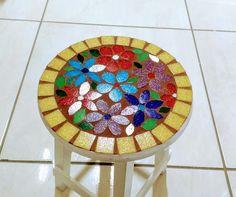Banquinho de mosaico revestido em mosaico para decoração, tem 30 cm de altura.