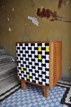 szafka nocna z ręcznie malowanym wzorem, drewno woskowane http://dwiebaby.pl/zrealizowane-projekty/