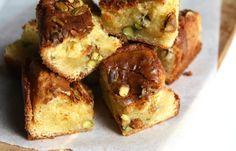 Vergeet gewone brownies! Deze blondies met pistachenoten zijn echt hemels, en niet moeilijk om te maken. Zet de oven maar alvast aan!