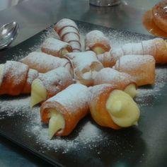Canutillos rellenos de crema. ¡Buenos días! Homemade Desserts, Relleno, Sushi, Ethnic Recipes, Food, Bugle Beads, Bom Dia, Cream, Deserts