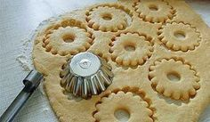 Быстрое песочное тесто-needs translation, but I like the method of cutting. Biscuit Cookies, Yummy Cookies, Cake Cookies, Russian Desserts, Russian Recipes, Pie Recipes, Cookie Recipes, Dessert Recipes, Pastry Recipes