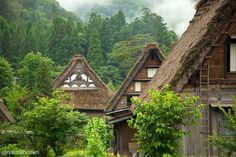 Built during the century; these homes are aligned parallel to the Sho River, giving a very harmonious landscape. The architectural style is known as gassho-zukuri [prayer-hands]. Art Nouveau, Natural Homes, Unusual Homes, Thatched Roof, Natural Building, Open Fires, Earthship, Building A Shed, Graphic