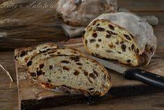 Pani arrubiu, pane tipico di Tuili preparato con uva passa, zafferano, scorza d'arancia, con lievito madre e farina di grano duro.