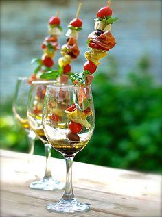 italian antipasto skewers.brochettes, con tomates cherry,corazones de alcaucil,mozzarela,jamón ahumado,salami de génova,albahaca fresca,aceitunas Kalamata,morrones asados,oliva virgen,vinagre balsámico