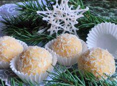 Recept na Rafaello kuličky už asi každý zná. Existuje asi milion receptů. Někdo přidává obyčejný rum, někdo je dělá z vánočních oplatek, někdo přidává sušené mléko, někdo syrový bílek, někdo zase něco jiného .... Vyzkoušejte mou kombinaci surovin, my je doma milujeme. Autor: Danka Christmas Baking, Christmas Cookies, Looks Yummy, Recipe Box, Truffles, Rum, Deserts, Projects To Try, Food And Drink