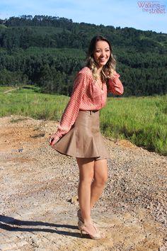 Look - Como usar - Inspiração - saia de couro, leather skirt, nude, camisa estampada, sandália de salto nude