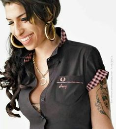 - Amy Winehouse has something to smile about Geef commentaar op mijn blog http://www.johanpersyn.com/amy-winehouse-en-overdreven-normen-in-de-maatschappij/ #Amy #Winehouse http://www.johanpersyn.com/amy-winehouse-and-exaggerated-norms-in-society/