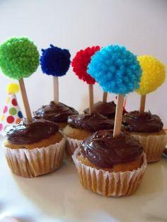 Wishes Cupcake & Dreams Aniversário: {Cupcake segunda-feira} Fios Pom Pom Cupcake Toppers