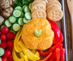 Thanksgiving Appetizer Snack Board - mini pumpkin cheese ball on meat and cheese board Family Fresh Meals, Easy Family Dinners, Quick Easy Meals, Family Recipes, Thanksgiving Appetizers, Thanksgiving Recipes, Gluten Free Puff Pastry, Pinterest Recipes, Clean Eating Snacks