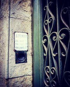 """""""Sonnez / 1 fois pour le 1er / 2 fois pour le 2me / 3 fois pour le 3me""""  #ondiraitunecomptine  rue des Prêtres #Toulouse #ToulouseAutrefois #ByToulouse #visiteztoulouse #igerstoulouse #toulouse_focus_on #clic_toulouse #mahautegaronne #TourismeHG #tourismeoccitanie #patrimoine #sonnette #ringbell #vintage #retro #retroringbell #ferforgé ##metalwork"""