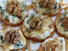 Tostas roquefort, nueces y miel - Crooked Tutorial and Ideas Holiday Appetizers, Appetizer Recipes, Food Porn, Tasty, Yummy Food, Xmas Food, Food Platters, Mini Foods, Creative Food