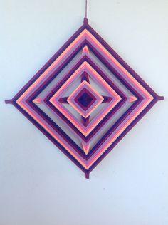 Mandala 4 pontas rosa e roxo no Elo7 | Keila Arts (533285) Diy Arts And Crafts, Craft Stick Crafts, Yarn Crafts, God's Eye Craft, Diy Dream Catcher Tutorial, Mandala Yarn, Gods Eye, Art Yarn, Weaving Projects