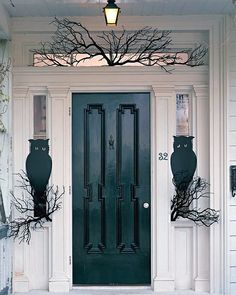 Steve and I have gone out and found some great front porch Halloween decorating ideas, and are sharing our favs here with you!