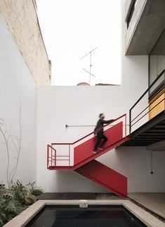 Image 5 of 21 from gallery of FL House / Berzero Jaros. Photograph by Federico Cairoli Bauhaus Architecture, Amazing Architecture, Contemporary Architecture, Architecture Design, Staircase Handrail, Stair Railing, Outdoor Stairs, Outdoor Rooms, Sustainable City
