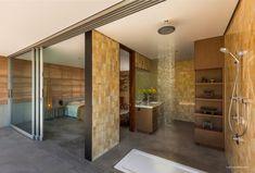 Salle de bain moderne avec douche pluie encastrée au plafond ouverte sur l'extérieure. #salledebain #moderne #douche #pluie