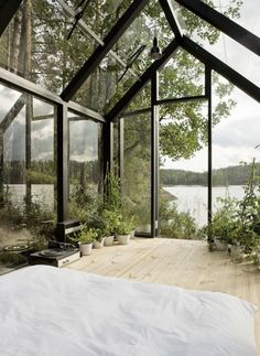 Glass-Covered Modular Cabin Provides Spectacular Views