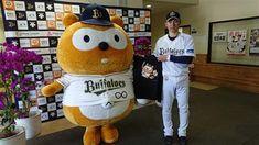 オリックスの応援キャラクター「バファローズポンタ」が2月中旬、キャンプ地の宮崎を訪れた。今年で3度目となるキャンプ視察では、伊藤光捕手(28)にポンタグッズの服…