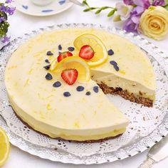 Citrontårta med lakritsbotten. Garnera den gärna med rivet citronskal, jordgubbar och skivor av citron.