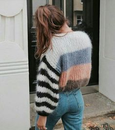 Love this sweater and jeans look. Trendy outfit ideas for stylish women. 22 Stunning Casual Style Looks To Rock This Year – Love this sweater and jeans look. Trendy outfit ideas for stylish women. Inspiration Mode, Fashion Inspiration, Morning Inspiration, Look Vintage, Looks Style, Look Fashion, 90s Fashion, Fall Fashion, Fashion Women