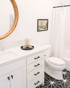 Black and white bathroom with a sweet natural wood mirror from used our Trident Black cement tile on the bathroom floor. Repost from Link in bio to shop - > 📷: Small Bathroom, White Bathrooms, Bathroom Black, Large Bathtubs, Simple Bathroom Designs, Bathroom Design Inspiration, Black And White Tiles, Geometric Tiles, Medicine Cabinet Mirror