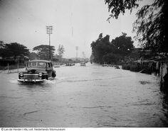 Auto rijdt in overstroomde straat na moessonregen in Surab… Surabaya, Dutch East Indies, Dutch Colonial, Bhutan, Natural Resources, Brunei, Rotterdam, Old Pictures, Tibet