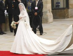 Kate Middleton arrives to Westminster Abbey for her marriage to Britain's Prince William in central London April 29, 2011. (ROYAL-WEDDING/VIP) REUTERS/Phil Noble (BRITAIN - Tags: ROYALS ENTERTAINMENT SOCIETY)