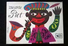 Zwarte Pieten. Wie als laatste met de Zwarte-Piet-kaart bleef zitten, kreeg een zwarte veeg in zijn gezicht met een verbrande kurk