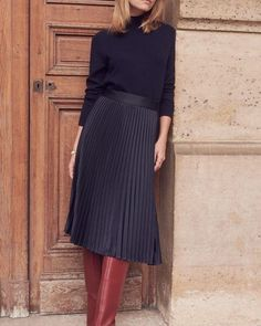 Black Pleated Skirt outfit + Best Boots for Women + All black look + street style Black Pleated Skirt Outfit, Long Skirt Outfits, Midi Skirt Outfit, Winter Skirt Outfit, Pleated Skirts, Maxi Dresses, Work Fashion, Fashion Outfits, Slow Fashion