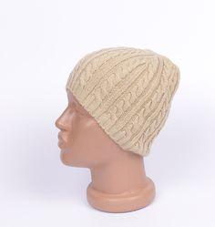 Мъжка шапка в светъл цвят фигурално плетиво. Топла и мека с тази шапка ще се чувствате прекрасно в студените дни.